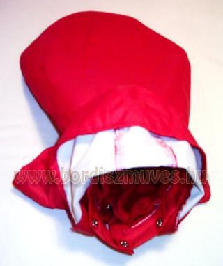 Piros, vízhatlan orkán anyagból, kapucnis, téliesített, dupla termó béléssel