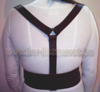 Egyedi, méretre készített, marhabőrből és kiegészítőből álló női testhám hátulja