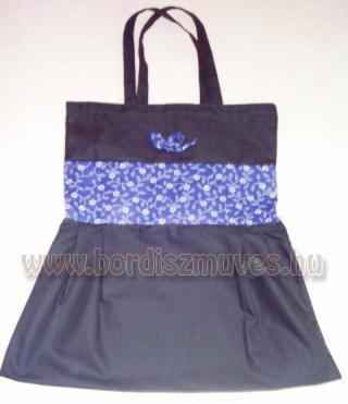 Fekete vászonból és nyomott vászonból készült textiltáska, kék virágos betéttel