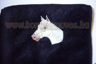 Egyedi, lófejes hímzésű polár, fekete színű termó sál, nyaksál, 240gr-os alapany