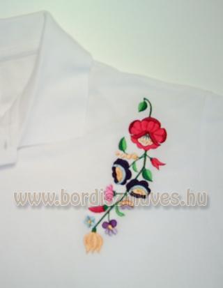 Kalocsai hímzés, kalocsai minta fehér piké póló vállára hímzett mintákkal