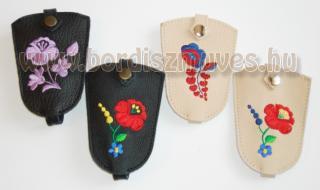 Kalocsai hímzésmintás kulcstartók,  behúzószáras kivitelben, valódi marhabőrből