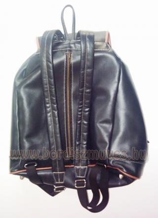 Nagyméretű férfi marhabőr hátizsák, hátitáska hátulja, sertésbőr szegéssel