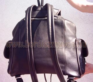 Egyedi fekete marhabőr hátizsák, extra méret, monogrammal, hátsó rész kialakítás