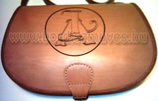 Egyedi, monogramos marhabőr vadász táska