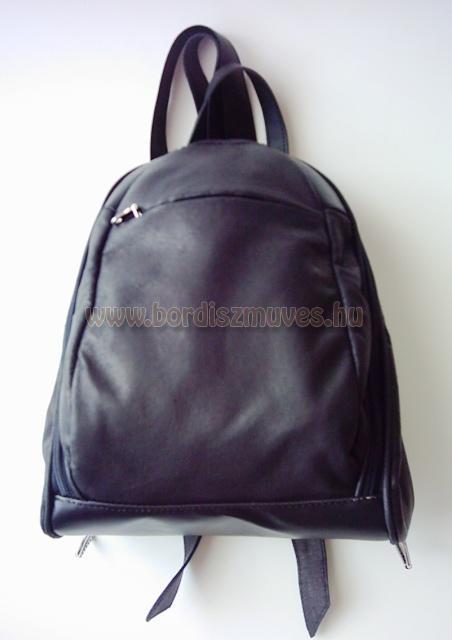 Közepes méretű, női bőr hátizsák, hátitáska, monogrammal, sertésbőr szegéssel