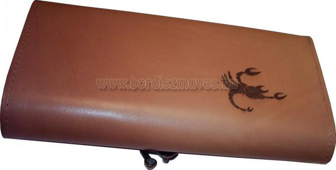 Egyedi, marha bőr brifkó skorpió jeggyel, felirattal, fűzött natúr marhabőr