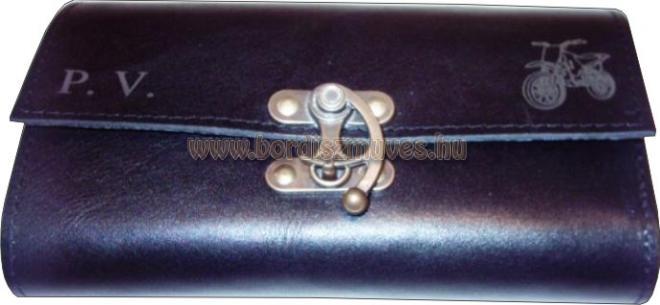 Egyedi kallantyús fekete marhabőr brifkó készítése, monogramos, logós díszítésse