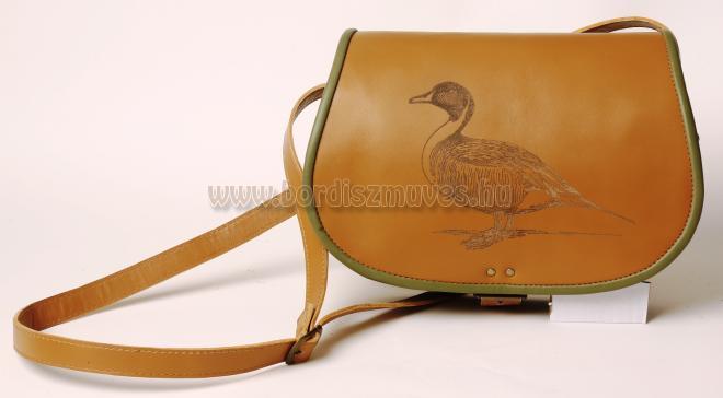 Egyedi, natúr marhabőr vadásztáska, vadkacsa díszítéssel, szegés: zöld színű bőr