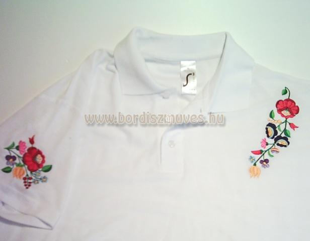 Kalocsai hímzés, kalocsai minta fehér piké póló vállára, ujjára hímzett mintákka