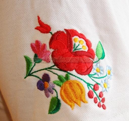 Kalocsai hímzés minta, kalocsai minta fehér piké póló, ujjára hímzett mintákkal