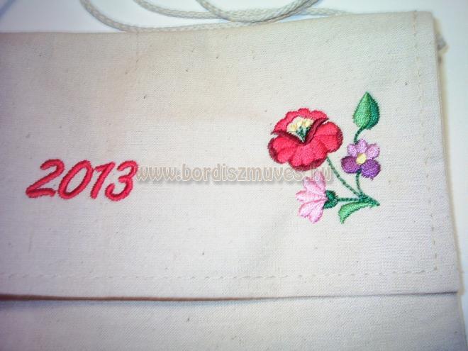 2018. Kalocsai mintával hímzett, lenvászonból, vászonból, molinóból készült