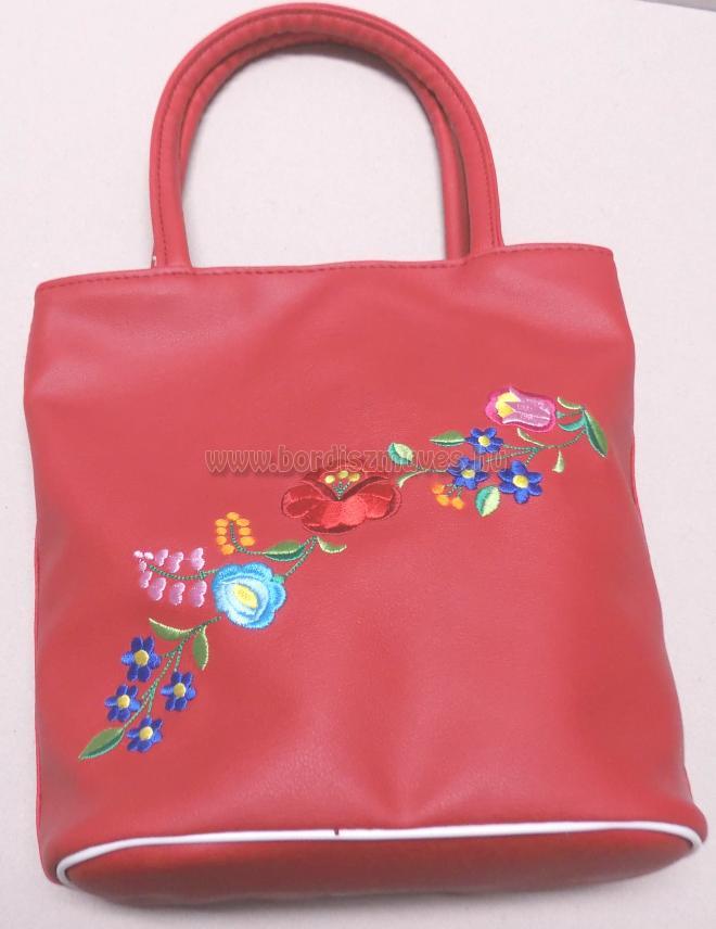 Kalocsai hímzésű női kézitáska, piros textilbőrből.