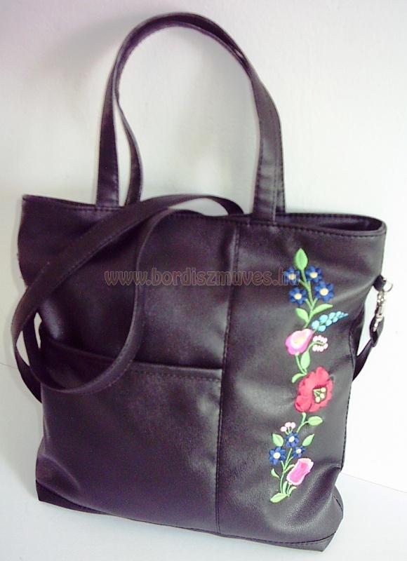Fekete textilbőr, hímzett kalocsai táska