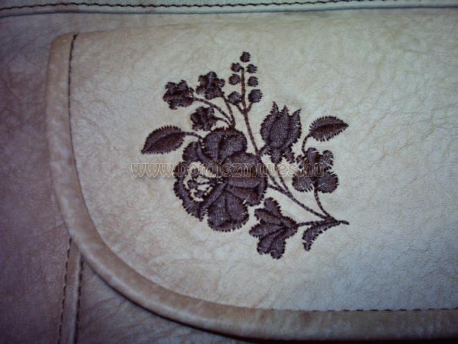 Barna színű kalocsai hímzésminta női válltáskán