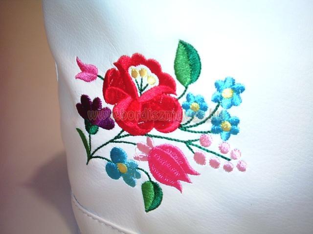 Kalocsai hímzés, textilbőr női vödörtáskán
