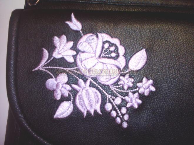 Egyedileg hímzett és készített női táska, szomorú kalocsai hímzéssel díszített