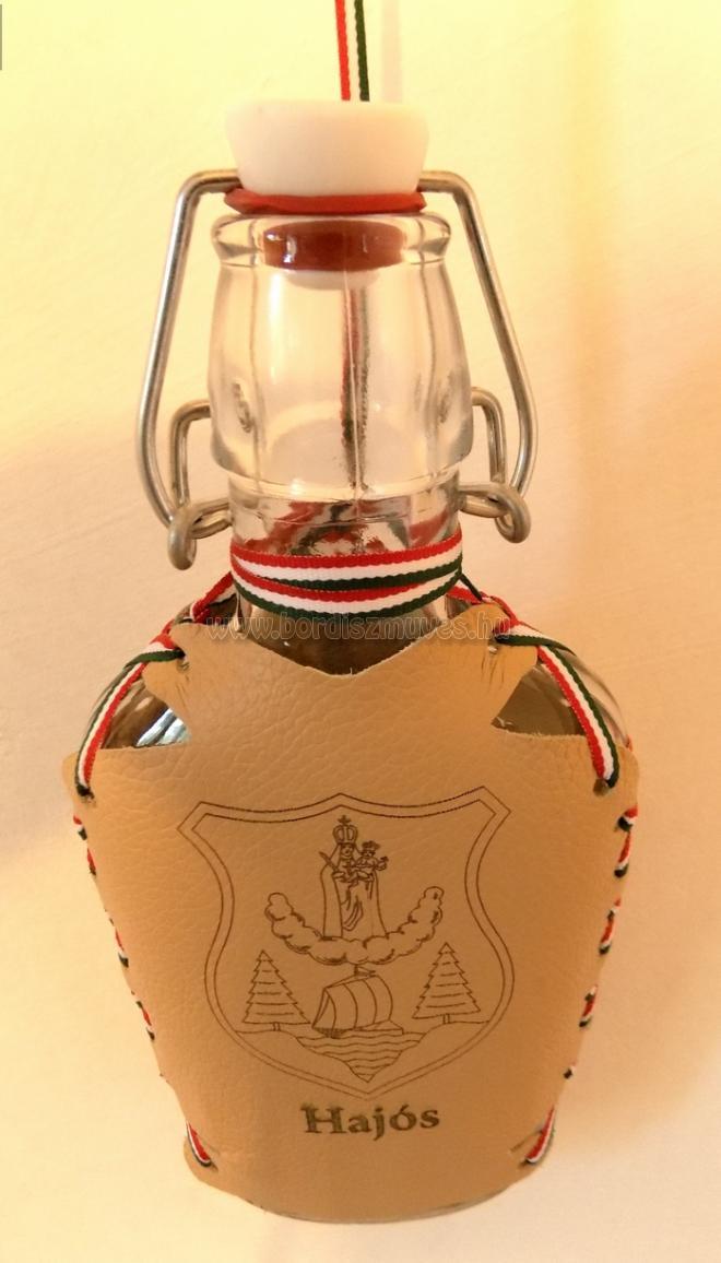 Egyedi, nyakba akasztható lapos üveg, nemzeti színű szalaggal