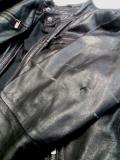 Bőrkabát lyukas ujjal, szakszerű javítás előtt